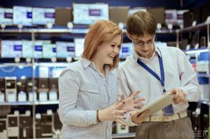 salesman-showing-tablet-to-woman-in-store